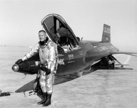 Neil Amstrong junto al X-15
