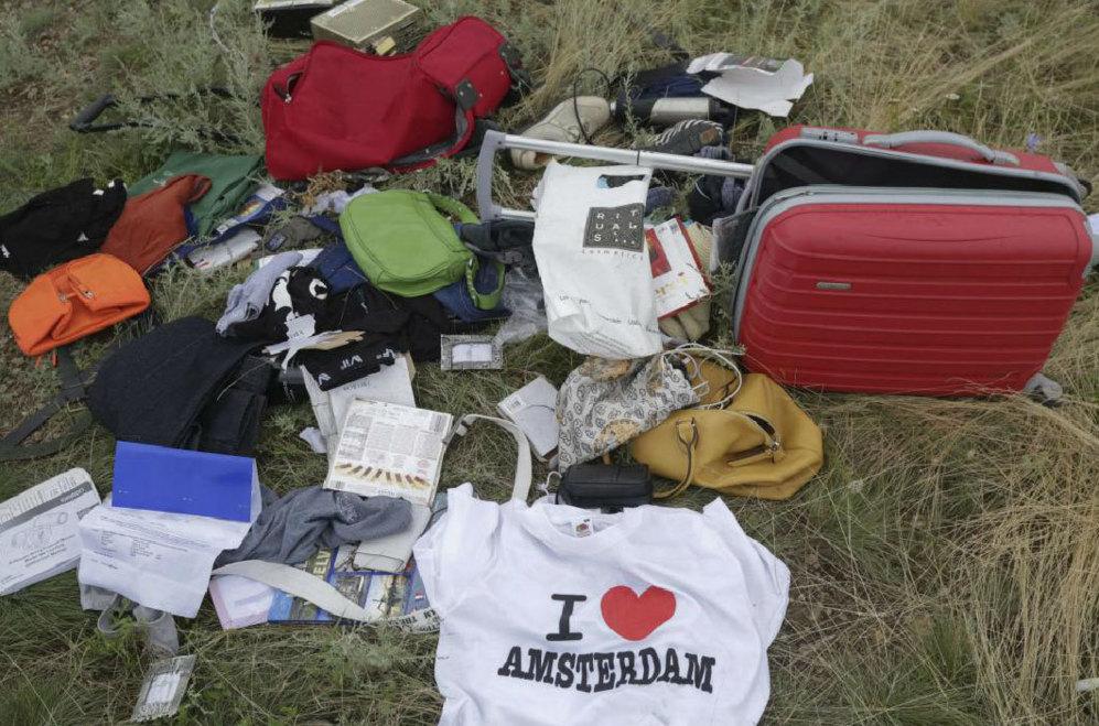 Objetos de los pasajeros esparcidos por el suelo.