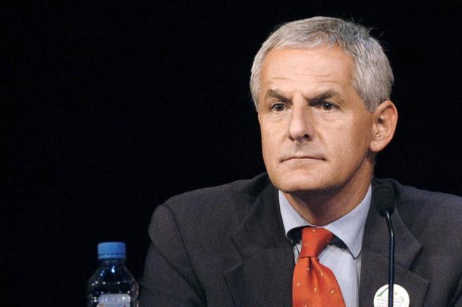 Un hombre durante una conferencia.