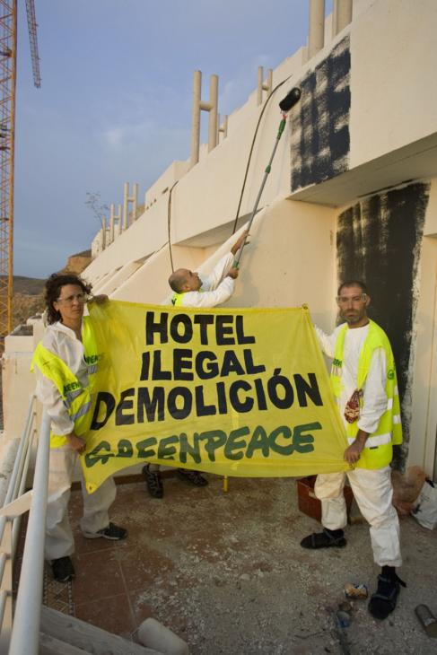 Miembros de Greenpeace protestan contra el hotel El Algarrobico.