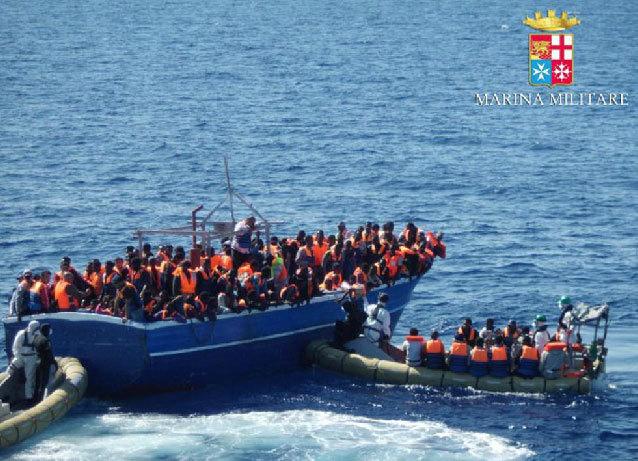 Miembros de la marina italiana rescatan a inmigrantes en la costa de...