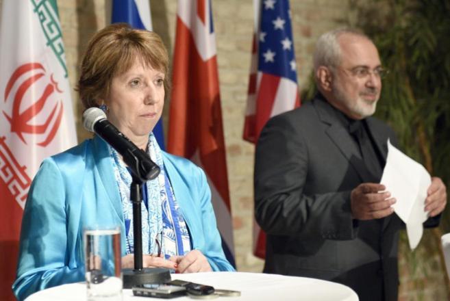 Catherine Ashton y el ministro de Exteriores iraní, Javad Zarif, tras...