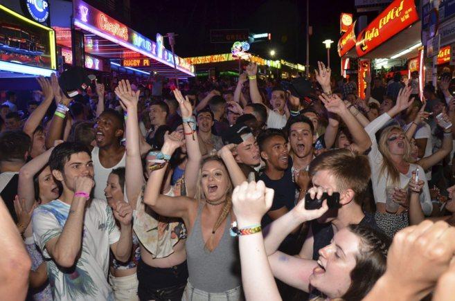 Jóvenes británicos de fiesta por Punta Ballena la semana pasada.