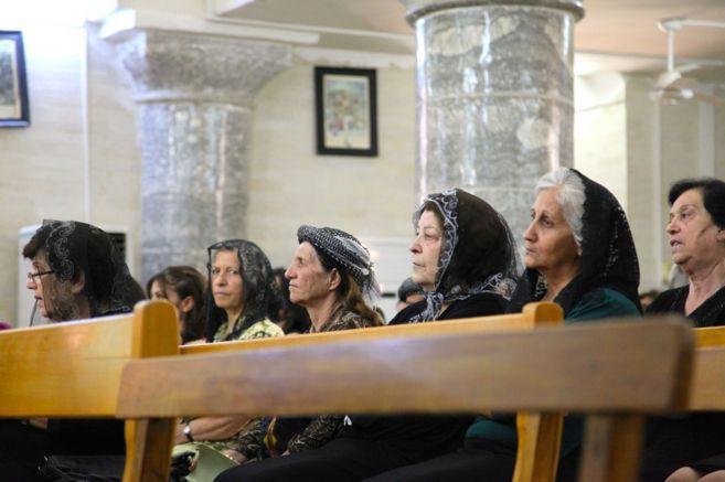 Mujeres cristianas en una iglesia de una aldea iraquí de la zona de...