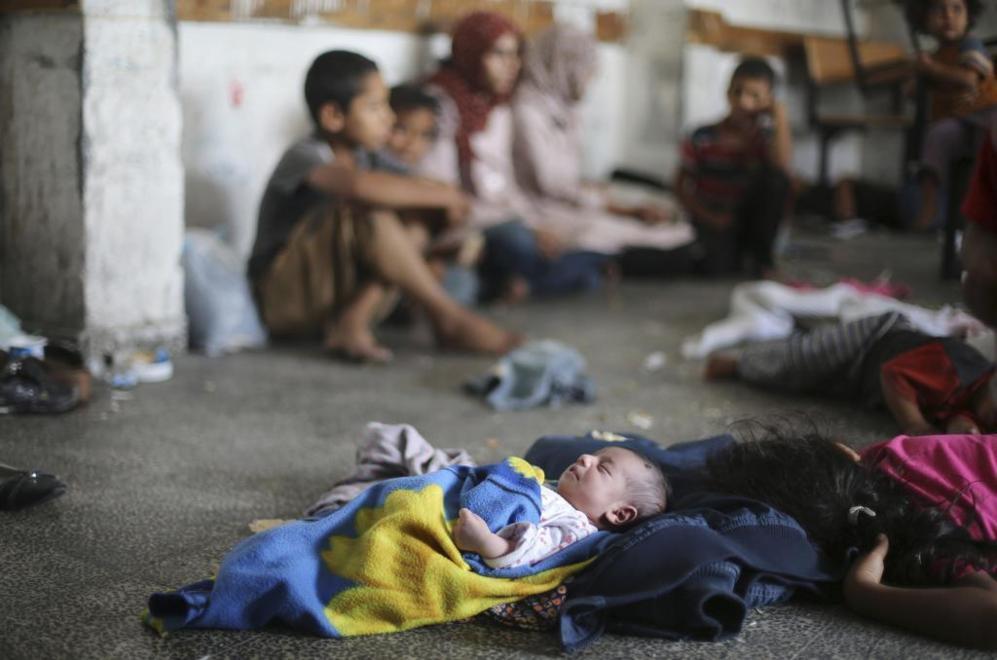 Un bebé duerme en las instalaciones escolares de la ONU en Rafah.