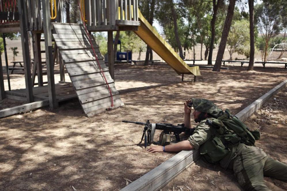 Un soldado israelí toma posición en en las afueras de Gaza.