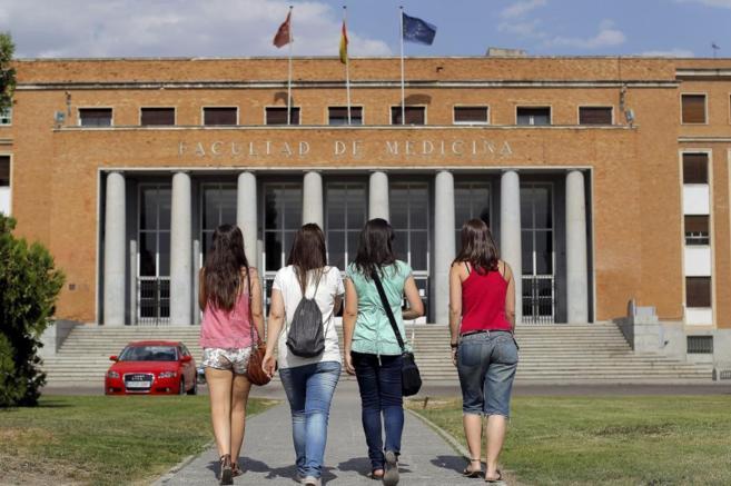 Cuatro alumnas se dirigen a la facultad de Medicina de la Universidad...
