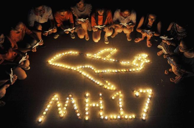 Vigilia por las víctimas del avión malasio siniestrado.