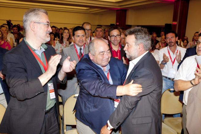 Manuel Pastrana, abraza a su sucesor, Fernández Sevilla, en el...