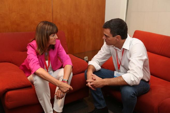Pedro Sánchez charla con la candidata a sustituir a López, Idoia...