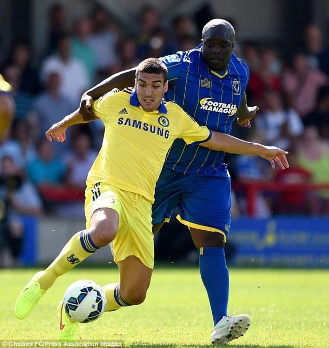 Akinfenwa disputa un balón con el centrocampista español Oriol...