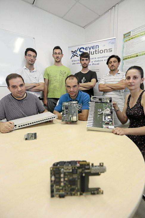 Los trabajadores de Seven Solutions, en la sede de la compañía.