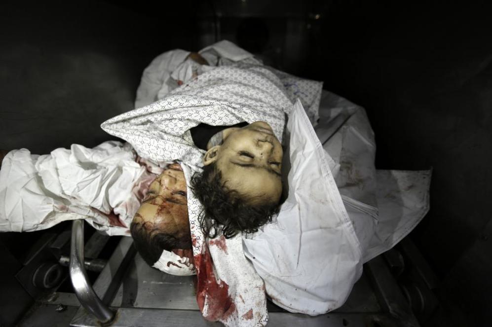 Los cuerpos de dos niños en la morgue del hospital de Shifa, ayer, en...
