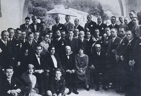 Fotografía de Federico García Lorca con Falla en el concurso de 1922...