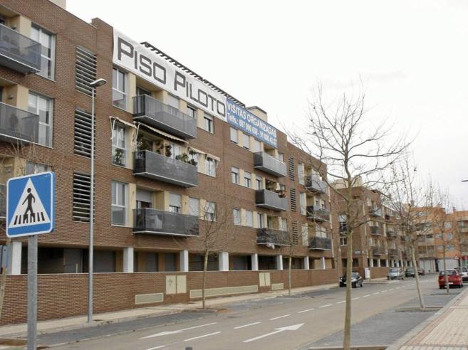 Imagen de archivo de un bloque de pisos en comercialización en...