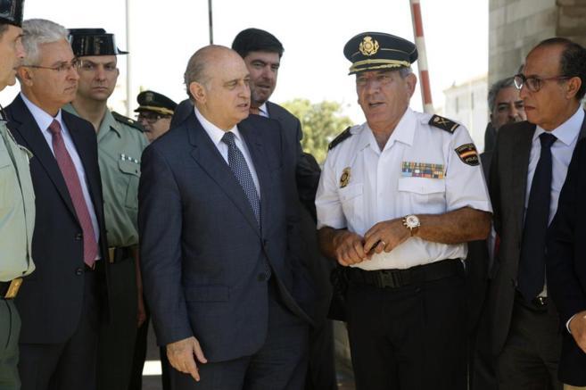 El ministro de Interior, Jorge Fernández Díaz, conversa con mandos...