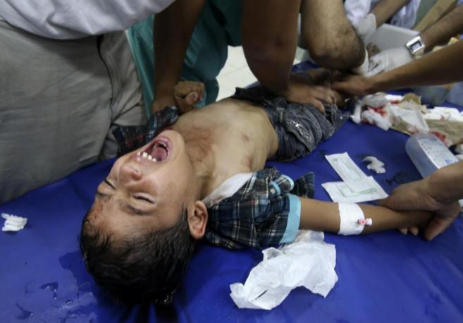Los médicos atienden a un niño en el hospital en Rafah, al sur de...