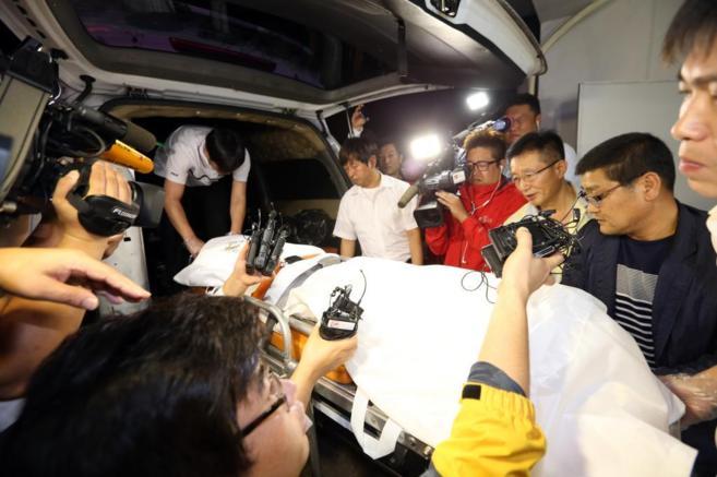 Las autoridades trasladan el cuerpo atribuido al dueño del ferry...