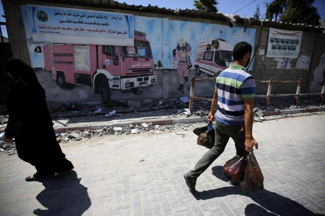 Varios palestinos en el campo de refugiados de Jabaliya, al norte de...