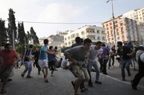 Gazatíes huyendo de un bombardeo israelí.