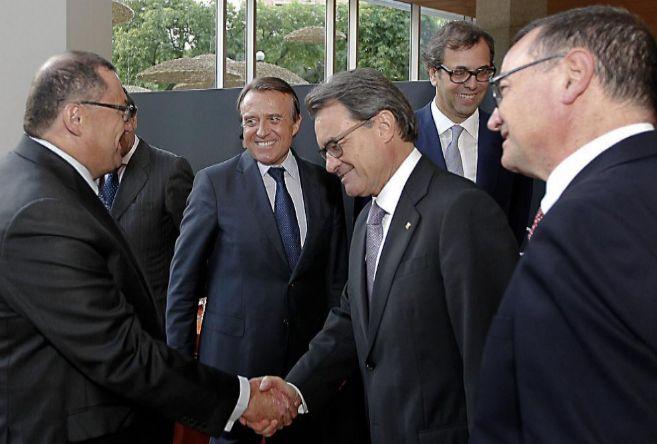 Artur Mas, ayer, saludando a empresarios catalanes en la sede de la...