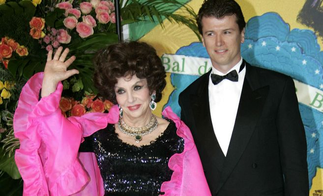 Javier Rigau junto a  su mujer, Gina Lollobrigida, en un acto en marzo...