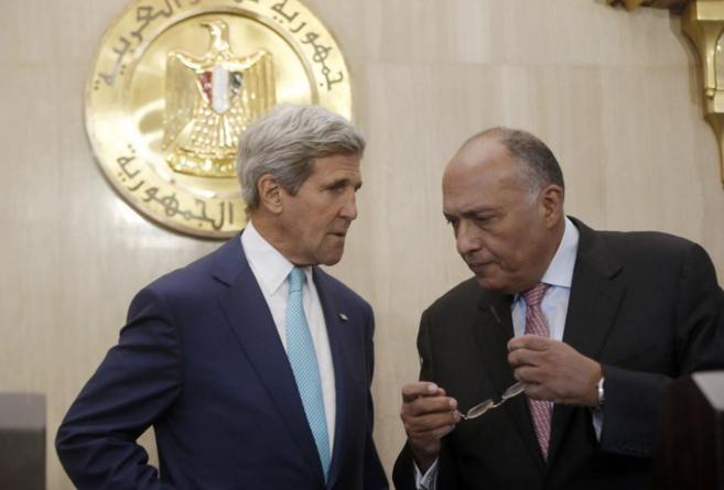 El secretario de Estado de EEUU (d), junto al ministro de Exteriores...
