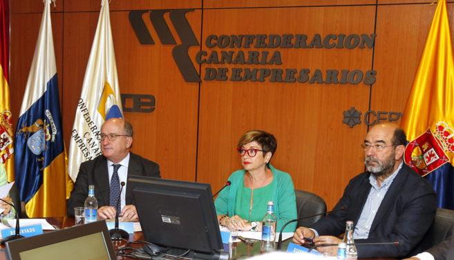 El presidente de Repsol, Antonio Brufau, ayer, con los representantes...