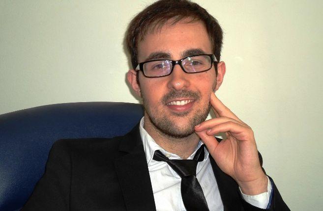 Plano medio de un joven con chaqueta y corbata