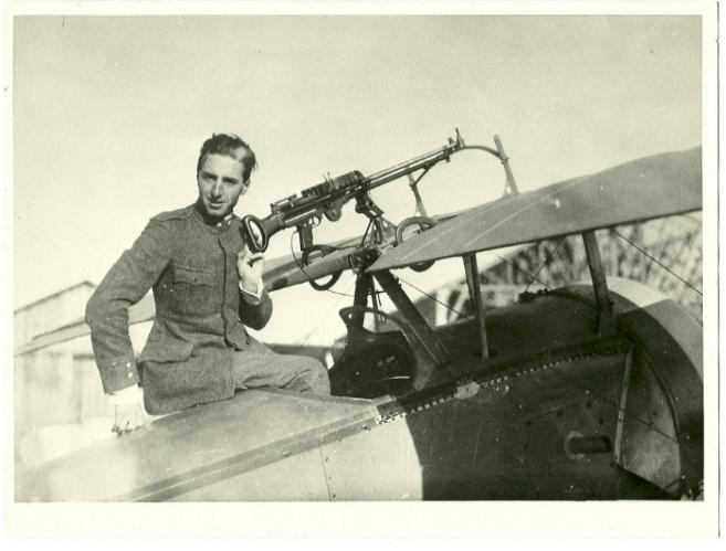 Carlo Emilio Gadda, a bordo de un Nieuport Bebé.