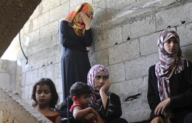 Una familia palestina en una escalera de un edificio del sur de Gaza
