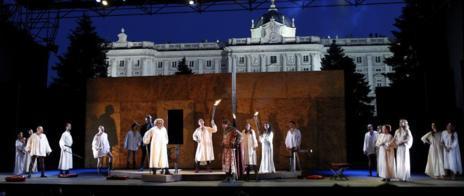 Un momento de 'La venganza de Don Mendo' ante el Palacio Real