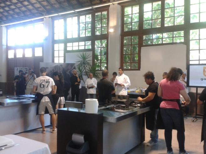 Los aspirantes a la beca en la prueba de cocina en Villa Dolores