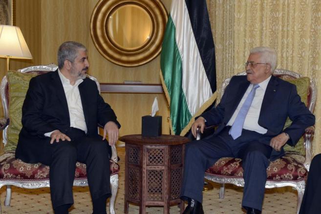 El líder de Hamas, Jaled Meshal (i), reunido con el presidente...