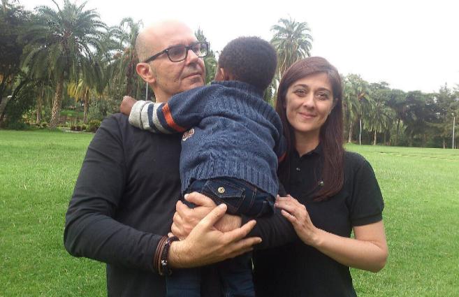 Sylvia y Jero posan con su hijo Mario Tinsae, que cumplirá tres años...