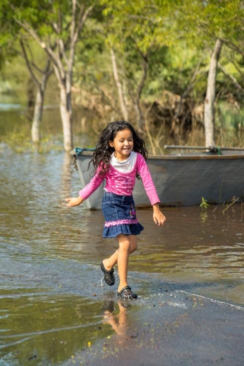 Amada, una de las 145.000 niños y niñas desplazadas por las...