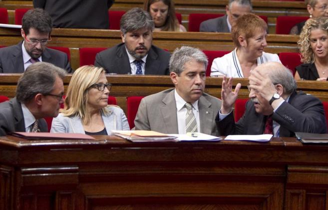 Artur Mas, Joana Ortega y Francesc Homs, escuchando las explicaciones...