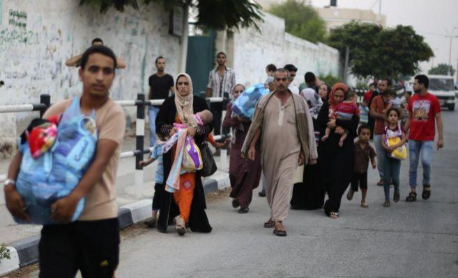 Familias enteras de palestinos huyen de sus hogares.