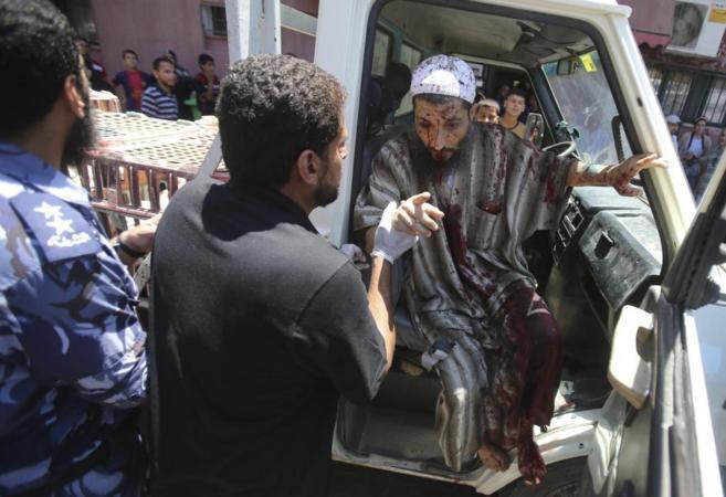 Un palestino herido llega al hospital en Khan Younis