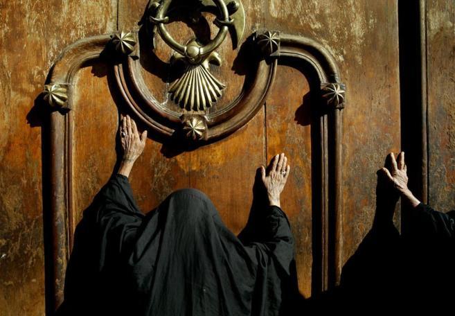 Dos mujeres tocan la puerta de una mezquita en Bagdad.