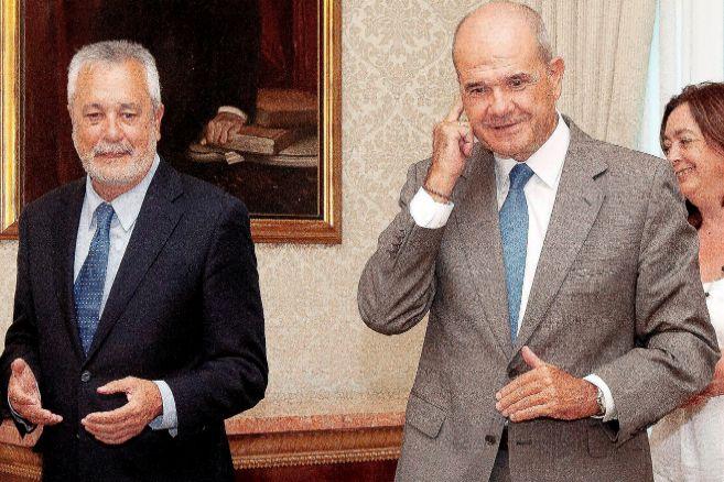 Los expresidente de la Junta José Antonio Griñán (izquierda) y...