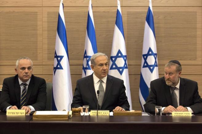 El primer ministro israelí, Netanyahu, reunido con sus ministros.