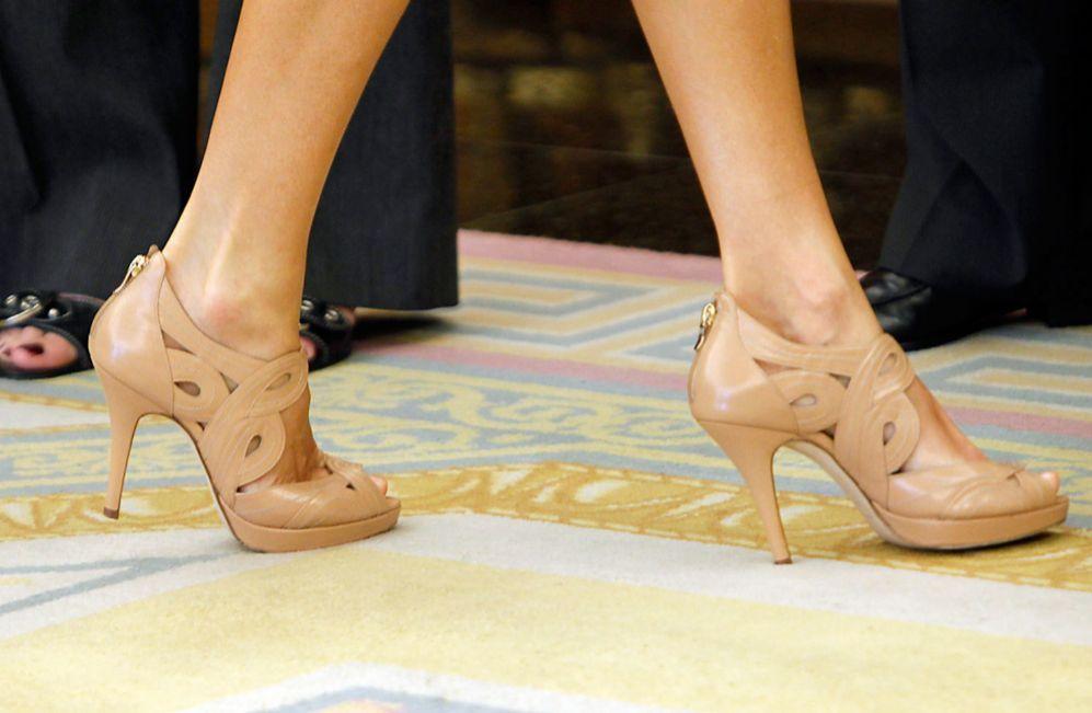 Sandalias de cuero labrado con plataforma de color caramelo con tacón fino y cremallera en el talón.