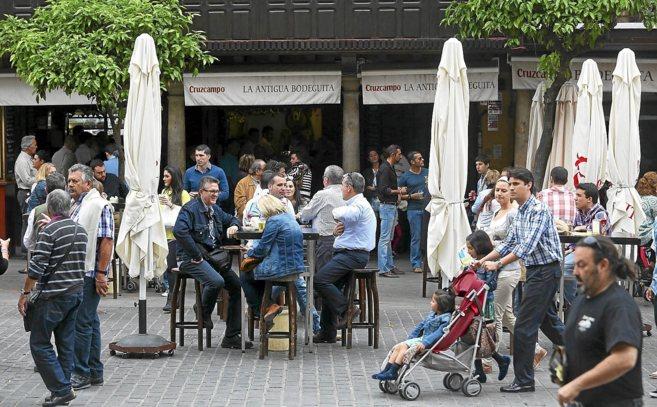 Acumulación de público en uno de los bares de la plaza del Salvador,...