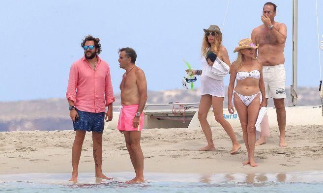 Borja Thyssen y su padre, Manuel Segura, en Ibiza. Detrás Blanca...