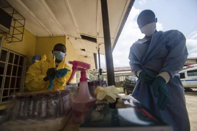 Profesional sanitario con mascarillas y guantes en Sierra Leona.