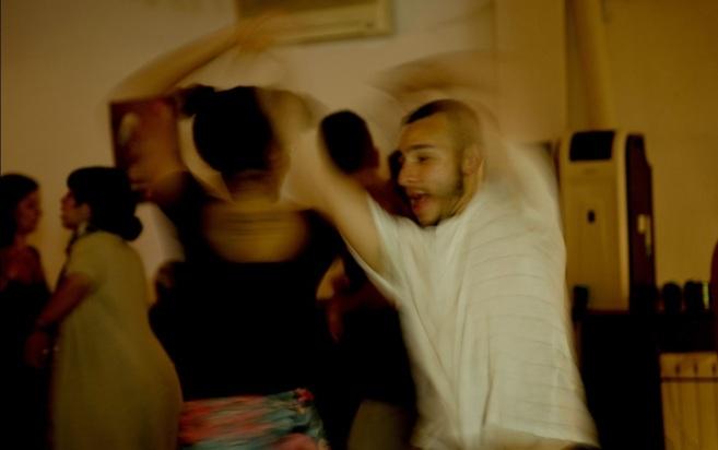 Dos jóvenes disfrutan de la música bailando salsa en La Parcería. /...