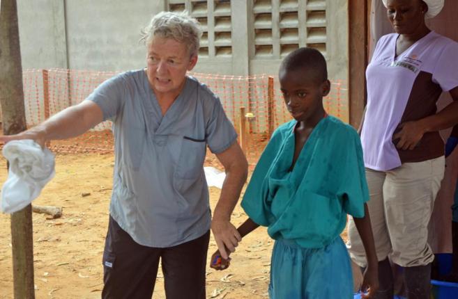 Un niño de 10 años, cuya madre falleció por ébola, es atendido en...