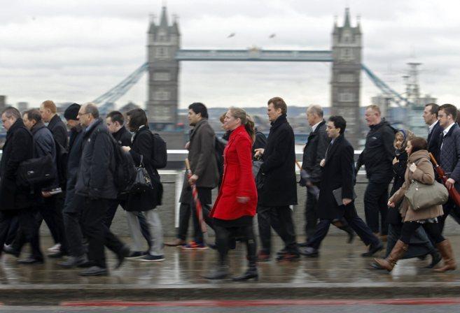 Un grupo de londinenses, en su camino al trabajo en el distrito...