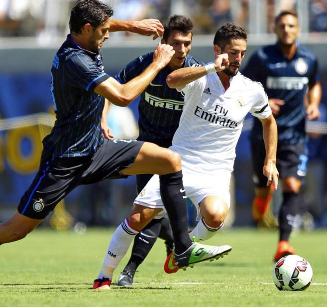 Isco controla el balón en el partido ante el Inter.